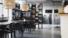 Genießen Sie das gute Mittag- und Abendessen im hoteleigenen Café oder entspannen Sie bei einem Drink in der Bar.