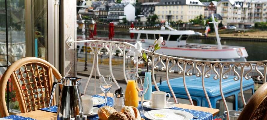 Genießen Sie eine Mahlzeit und eine Tasse Kaffee mit einer schönen Aussicht direkt auf die Mosel.