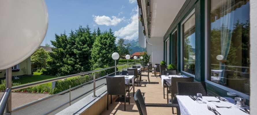 Entspannung, Ruhe und Gemütlichkeit auf der Hotelterrasse mit Blick auf den großen Garten