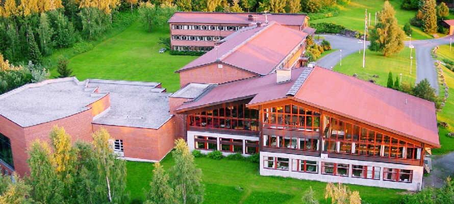 Hinter dem Hotel befindet sich ein wunderschöner Park mit über 150 verschiedenen Sträuchern und Bäumen und gut ausgebauten Wanderwegen für romantische Spaziergänge.