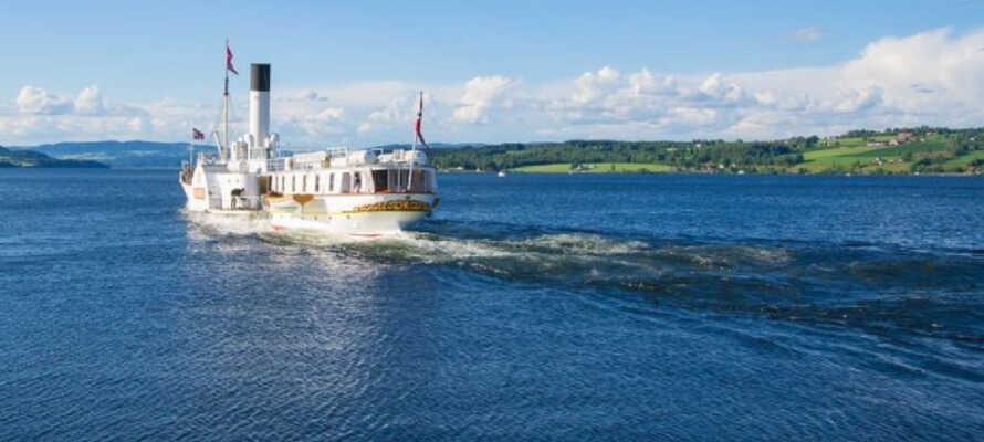 Tag på sejltur med skibet Skiblanderen og oplev det flotte, norske sølandskab langs Mjøsa-søen.