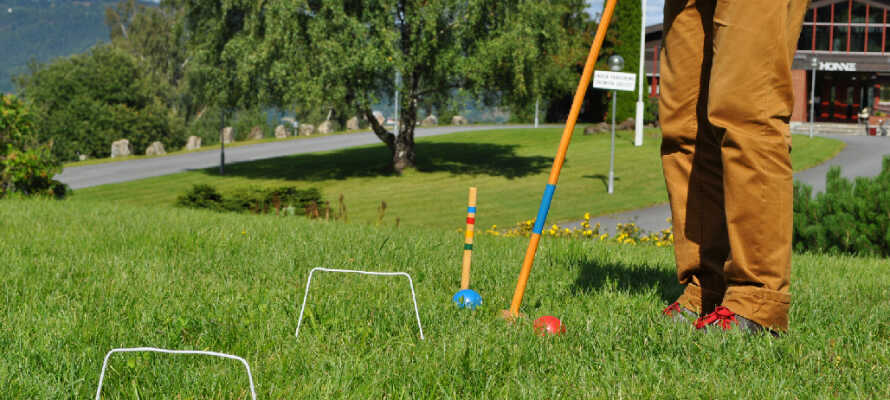 Det er muligt at deltage i forskellige aktiviteter på hotellet som eksempelvis øksekast, støvlekast og volleyball.