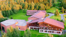 Bag hotellet er en smuk park med over 150 forskellige buske og træer og velanlagte turstier til romantiske gåtur fx ad Kærlighedsstien ned til søen eller til udsigtspunktet på Honnetoppen.
