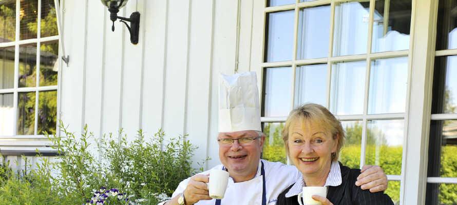 Værtsparret Elin og Ottar Skaslien afhenter råvarer fra lokale landmænd og specialiserer sig i traditionel norsk gastronomi.