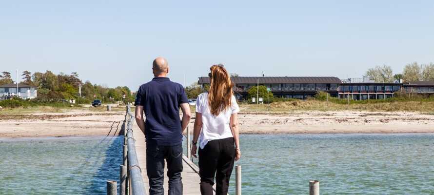 Kobæk Strand ligger på første rad ned mot vannet. Husk badetøyet hvis været tillater det.