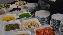Nyt middagen i den hyggelige og lyse restauranten.