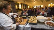 Dersom oppholdet bestilles gjennom Risskov Bilferie inkluderer det en to-retters middag/buffet.