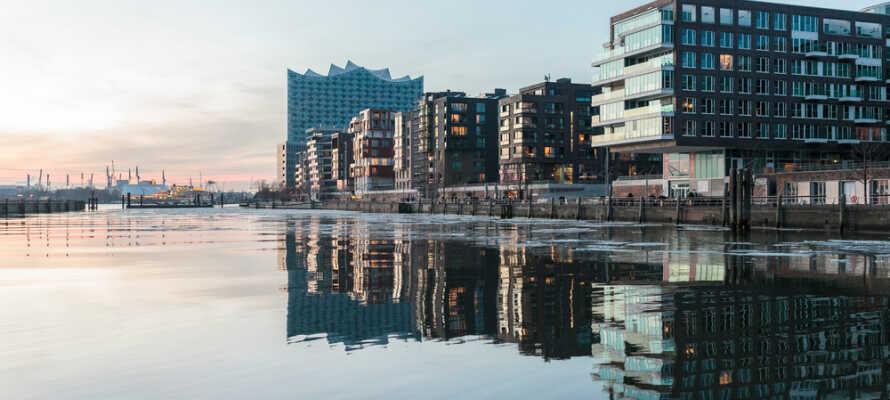 Upplev den välkända stadsdelen HafenCity med packhus och moderna byggnader längs med kanalerna.