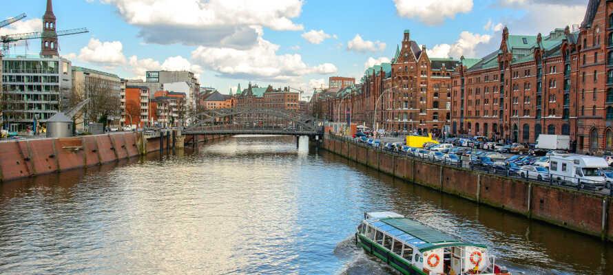 Ta turen gjennom havnen i Hamburg som er en av de største i Europa.