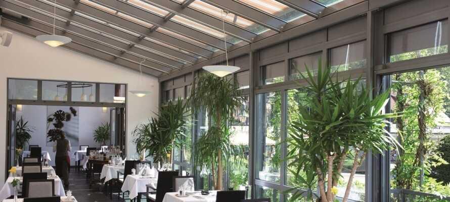 Avnjut god mat och dryck i hotellets inbjudande restaurang och vinterträdgård.