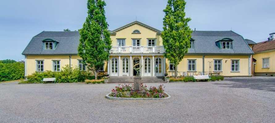 Machen Sie einen Ausflug im Auto zum schwedischen Munkedals Herrgård.