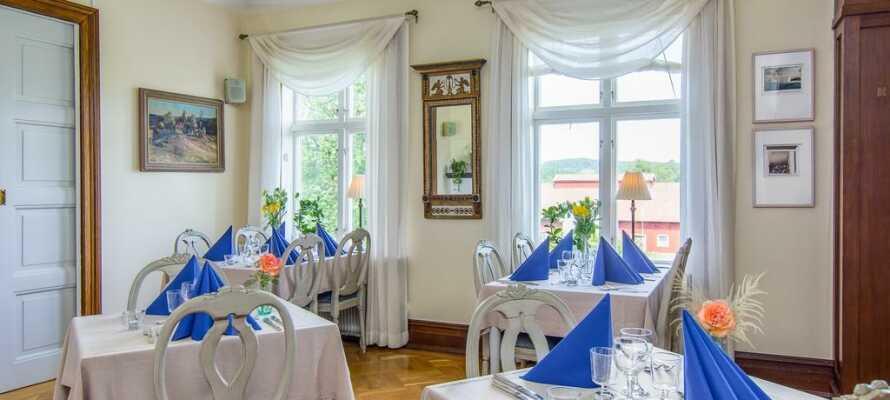 Essen Sie Wild- und Meeresgerichte im gemütlichen Restaurant des Herrenhauses.