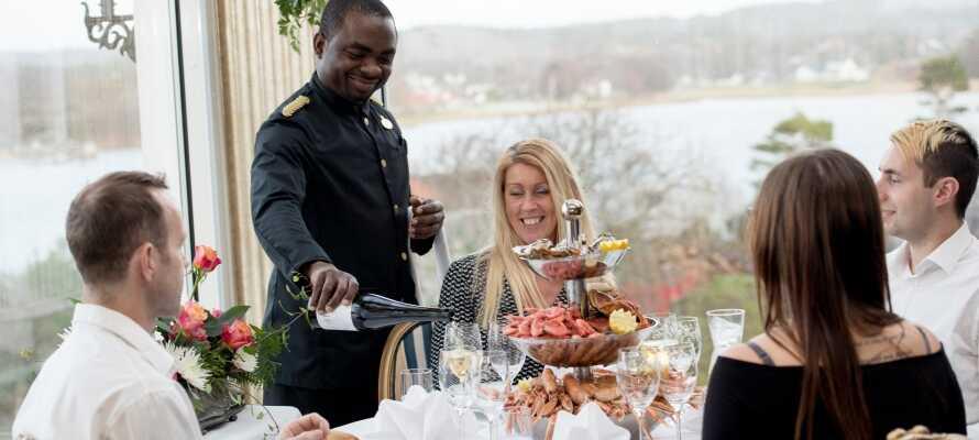 Start dagen med morgenbuffet på hotellet og tilbring en sommeraften med middagsbuffet på hotellet.
