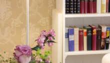 Hotellets hyggelige omgivelser indbyder til afslapning f.eks. med en god bog