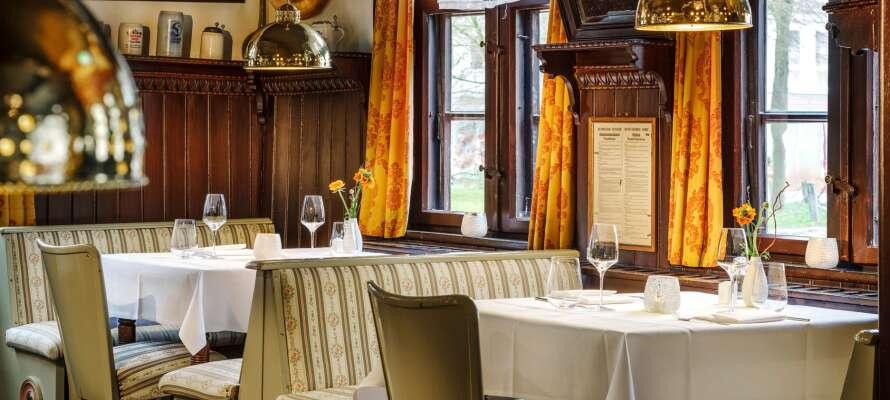Abends serviert das Restaurant regionale Spezialitäten in gemütlichem historischem Ambiente.