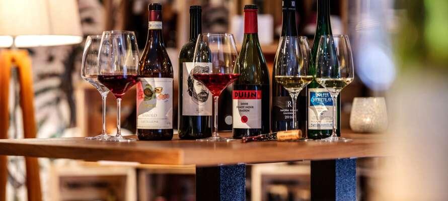 I hotellets restaurang och vinotek kan ni beställa god regional mat och läckra viner.