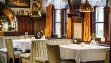 Hotellets restaurang serverar utsökta regionala specialiteter, med fokus på fisk och skaldjur.