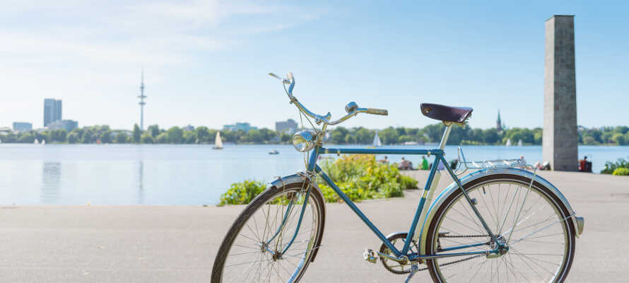 Lej en cykel på hotellet og nyd f.eks. en hyggelig cykeltur rundt om Aussenalster-søen.