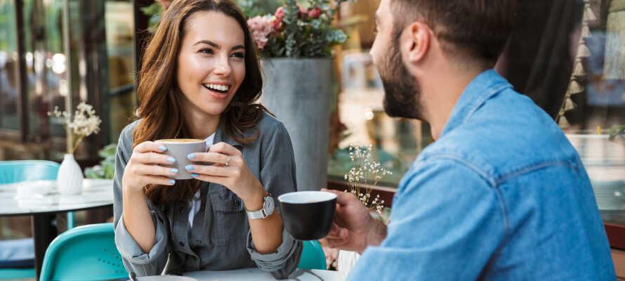 Tag en pause fra storbyoplevelserne, og slap af med en kop kaffe på en af byens mange hyggelige caféer.
