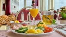 Das leckere Frühstück wird im gemütlichen Hotelrestaurant serviert.