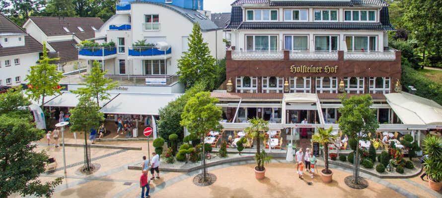 Det 4-stjernede Holsteiner Hof har en suveræn beliggenhed direkte i centrum af  badebyen Timmendorfer Strand.