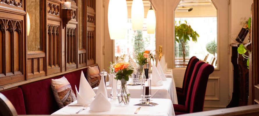 Hotellets restaurant er yderst populær, og byder på kulinariske lækkerier og førsteklasses service.