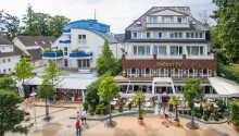 Der Holsteiner Hof bietet eine hervorragende Lage direkt im Zentrum von Timmendorfer Strand, nur einen kurzen Spaziergang vom Strand entfernt.