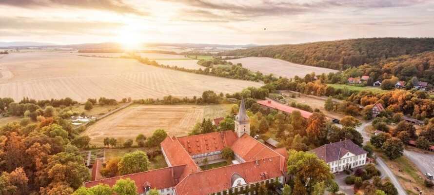 Klosterhotel Wöltingerode har ett naturskönt läge bland bergen i den tyska delstaten Niedersachsen.