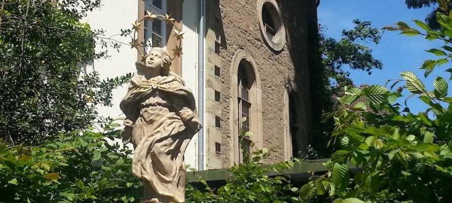 Hotellets historiska omgivningar inkluderar bland annat en trädgård och ett imponerande bibliotek.
