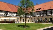 Klostergården er et perfekt sted å slappe av og nyte det gode været.