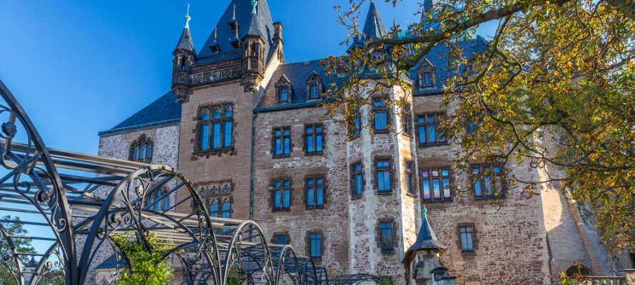 Besøk den vakre byen Wernigerode, som er kjent for sine historiske bindingsverksbygninger og sitt imponerende slott.