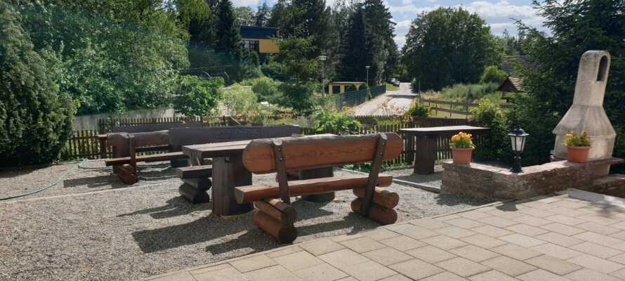 Hotellet er familievenligt og tilbyder hyggelige udendørs arealer, og indenfor finder I et spillerum med bordtennisbord.