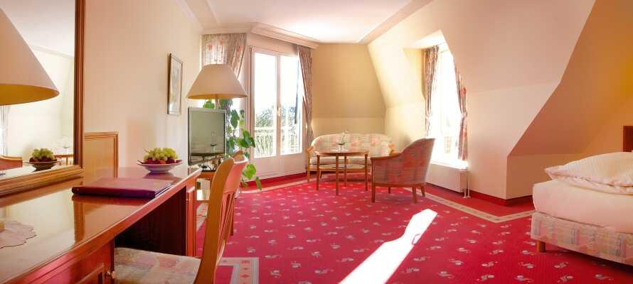 I kan vælge imellem hotellets dobbeltværelser eller ferielejligheder, hvor der også er køkken og spiseplads
