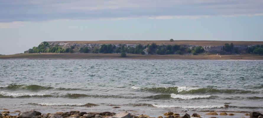 Tilbring nogle herlige dage i unikke og afslappende omgivelser på Eksta-kysten, med udsigt over Karlsøerne.