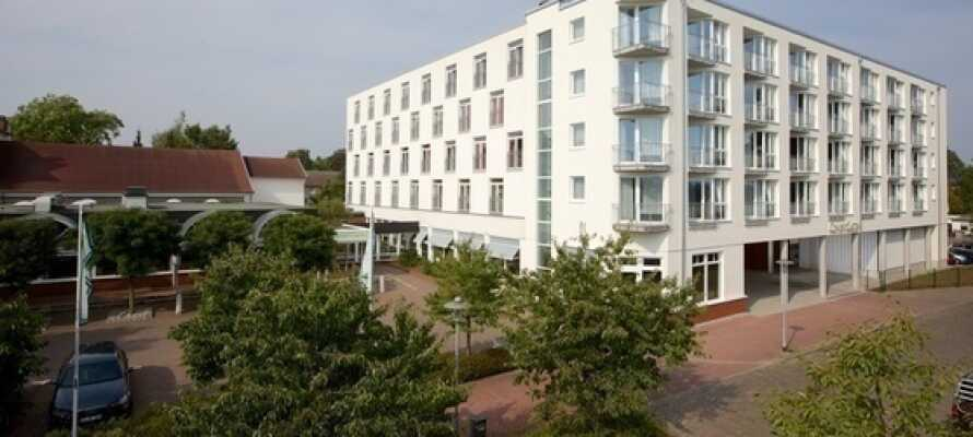 Hotellet ligger i rolige omgivelser like ved elvebredden langs Kielkanalen.