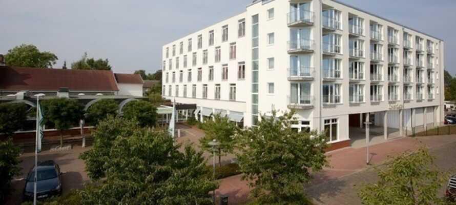 Hotellet ligger i rolige omgivelser og flankeret af Kielerfloden.