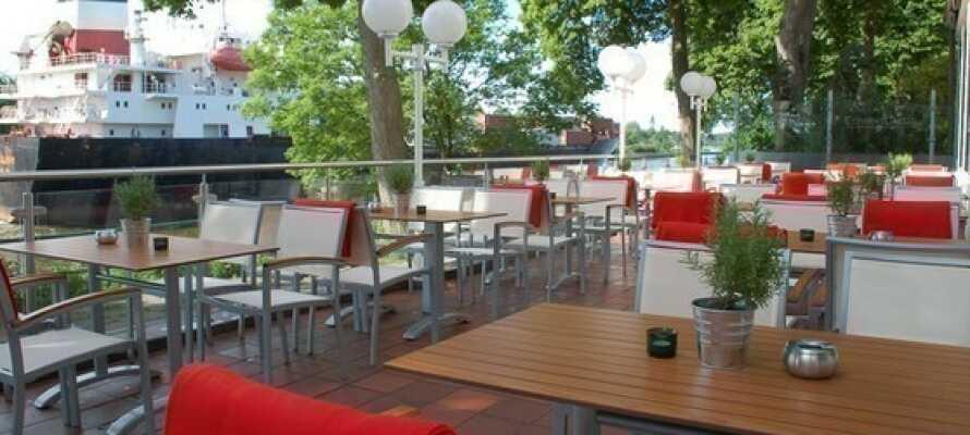 Hotellets terrasse er et godt sted at holde øje med den flydende trafik på Kielerfloden.