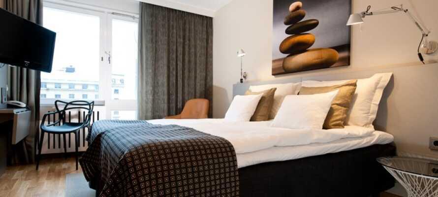 Hotellets moderne værelser er innredet i skandinavisk design
