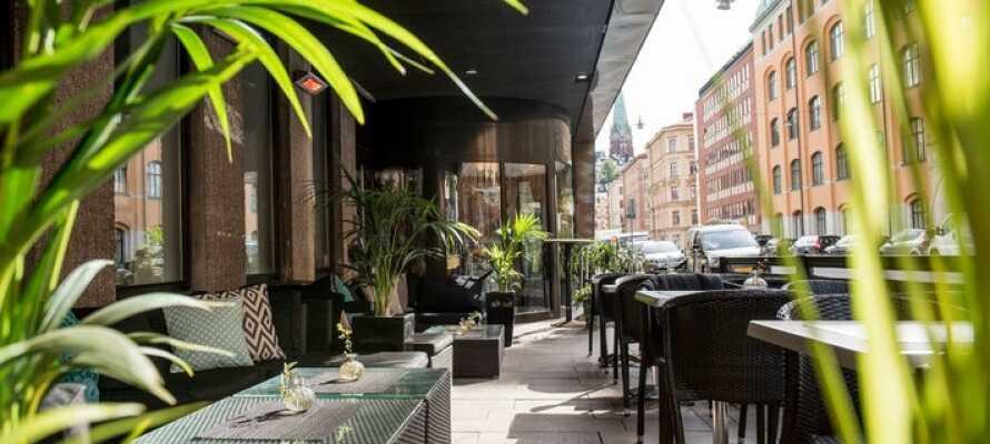 På hotellets udendørs siddepladser kan I nyde en drink og slappe af efter sightseeing og shopping.