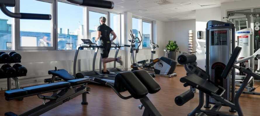 Hotellets har et fitnesscenter på syvende sal med udsigt over byen
