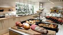 Varje morgon serveras en generös frukostbuffé.