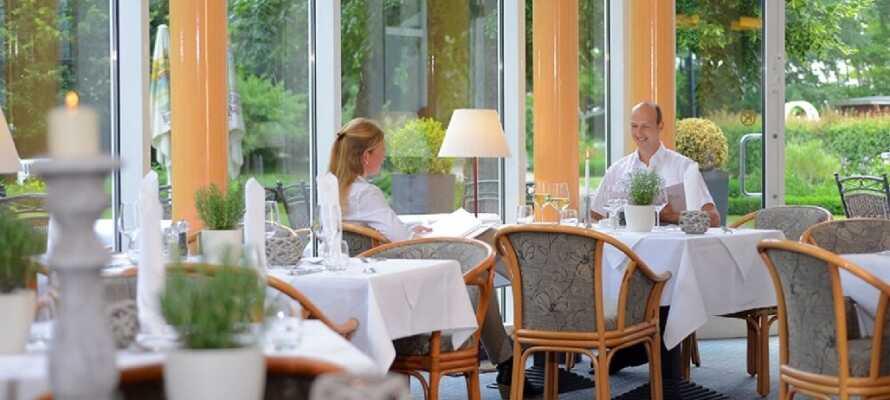 Hotellets dejlige restaurant, hvor retterne tilberedes med regionens egne økologiske produkter.