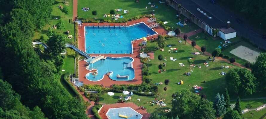 I närheten av hotellet finns ett stort utomhusbad med många roliga aktiviteter för vattenälskare i alla åldrar.