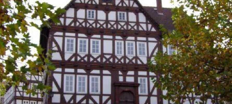 Den gamle bydel i Sontra har mange smukke bygninger og I skal huske at gå forbi byens charmerende rådhus.