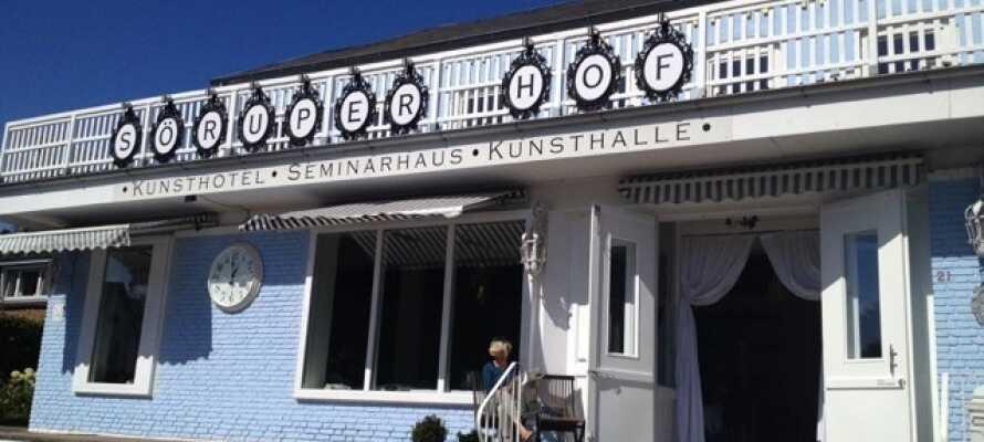 Hotel Söruper Hof drives av en kunstnerfamilie, og har et eget galleri.