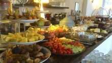 Maten avnjuts i den vackra och ljusa Salon Rubens
