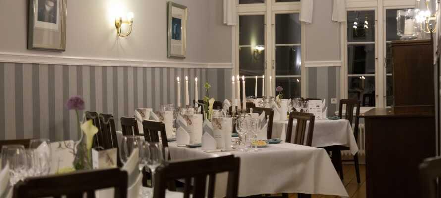 Nyt frokosten- og middagsmaden i flotte omgivelser i den hyggelige restauranten 'Holländische Stube'.