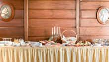 Stå op til en dejlig morgenbuffet som serveres i lyse omgivelser