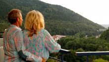 På balkongen utenfor leiligheten kan dere slappe av og nye det flotte fjellandskapet