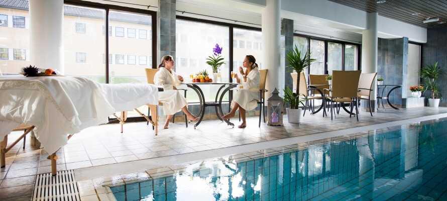 Under opholdet har I fri adgang til hotellets flotte wellnessafdeling som bl.a. omfatter indendørs swimming pool og sauna.
